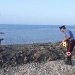 All'opera con un escavatore per farsi il posto barca. Denunciato dai Carabinieri