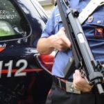 Forza posto di blocco dei Carabinieri e scappa a casa. Rintracciato, aggredisce i militari con l'aiuto di familiari e vicini di casa.