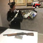 Durante un intervento per schiamazzi, viene sorpreso con un fucile detenuto illegalmente