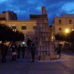 """Favara. Si costruisce in Piazza Cavour l'albero di Natale """"alternativo"""". Di seguito le nostre interviste"""