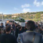 Fontanelle, chiesa gremita per il funerale del 24enne morto in un incidente stradale / Video