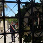 10 aprile, Venerdì Santo, il sindaco consegna due corone di fiori al cimitero comunale in omaggio ai defunti