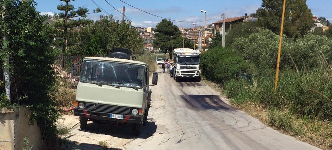 Favara. I residenti di via Porta di Mare asfaltano strada proprie spese
