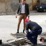 Favara. Il Consigliere comunale Salvatore Fanara sistema la caditoia di Via Agrigento