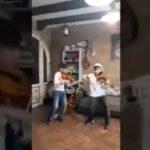 """Chris Martin dei Coldplay canta """"Viva la Vida"""" con due bimbi violinisti siciliani (VIDEO)"""