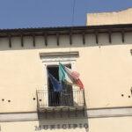 Favara. Bandiera italiana scolorita sulla facciata del Comune, Stefano Vinciguerra (FavaraWeb): Gliene regaliamo una nuova noi