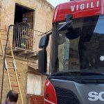 Favara. Rifiuti accatastati in fiamme in una casa disabitata del centro storico: Vigili del fuoco in azione